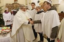Během mše požehnal koledníkům kněz František Jirásek v podmokelském kostele svatého Františka z Assisi na Husově náměstí.