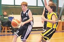 Děčínský David Rozsypal proniká pod koš v utkání U14 v Písku.