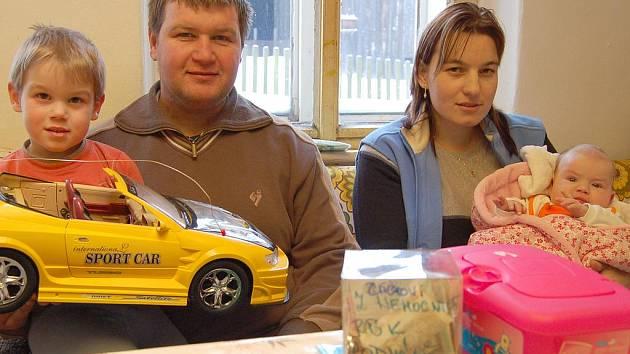 S finanční pomocí přispěchal i personál rumburské nemocnice, malý Petřík se raduje z nového auta, to mu přinesli zaměstnanci firmy, ve které pracuje jeho otec Pavel Čácha.