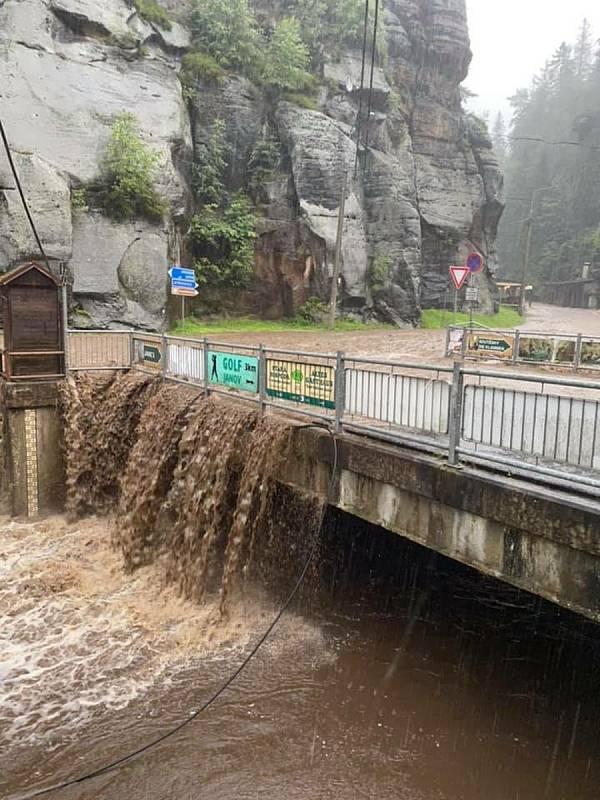 Voda zatopila také část silnic v okolí Hřenska.