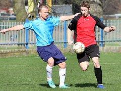 ZACHRÁNCE. Dušan Tesařík (v modrém) při utkání ve Velkém Březně. Právě zkušený hráč, který nastupuje v Modré na pozici stopera, celý zápas v 94. minutě rozhodl.