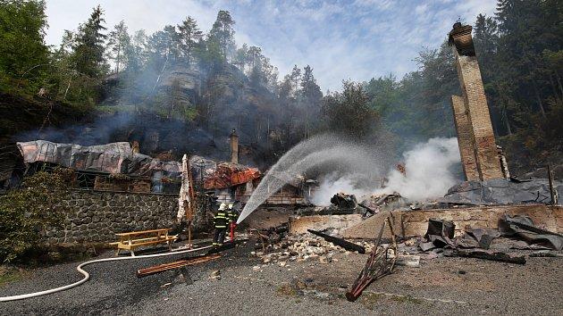 Na Tokáni hoří dvě historické chaty a les