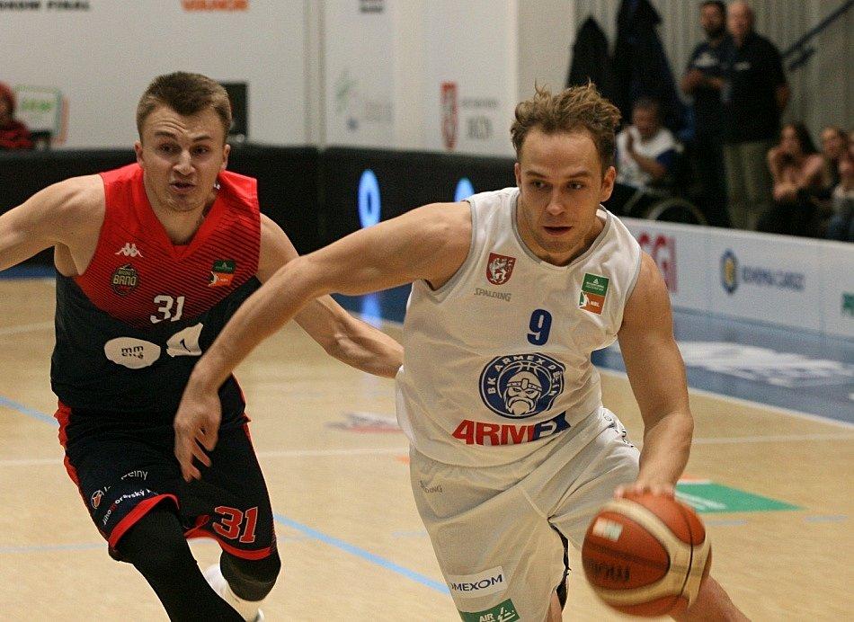 TĚSNÁ VÝHRA. Děčínští basketbalisté doma urvali proti Brnu výhru 68:66.