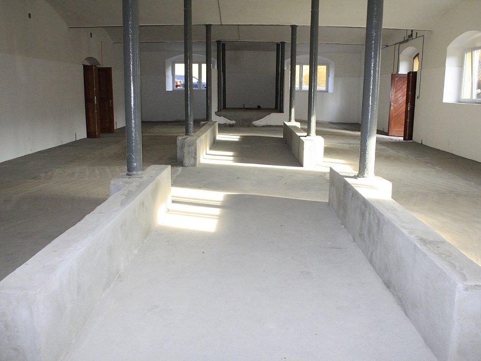 Dvoudenní program oslav začal v pátek, kdy škola představila nově zrekonstruované stáje.
