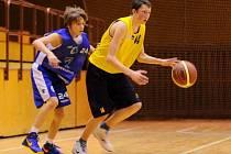 POHODA. Mladí basketbalisté Varnsdorfu (ve žlutém) doma přejeli Kladno.