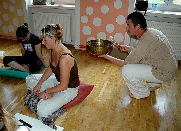 Velmi zajímavým a dosud málo používaným způsobem terapie je vibrační působení speciálního nástroje zvaného monochord, který na snímku předvádí Ivo Sedláček na jedné z účastnic kurzu.
