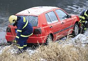 Auto skončilo po nehodě v Labi