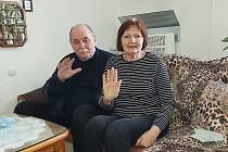 Jan a Ilsa Sedláčkovi. Po prodělaném covid-19 děkují zdravotnickému personálu Masarykovy nemocnice v Ústí nad Labem za obětavost a záchranu života.