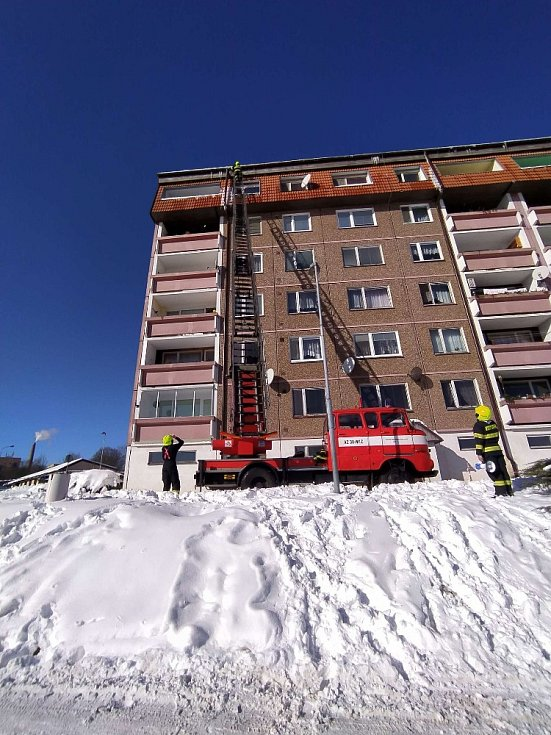 Likvidace rampouchů a sněhu ze střech budov.
