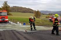 Hasiči likvidují únik oleje v Malečově.