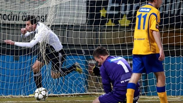 VRÁTILI SE S PRÁZDNOU. Varnsdorf (ve žlutém) prohrál 0:1 v Českých Budějovicích.