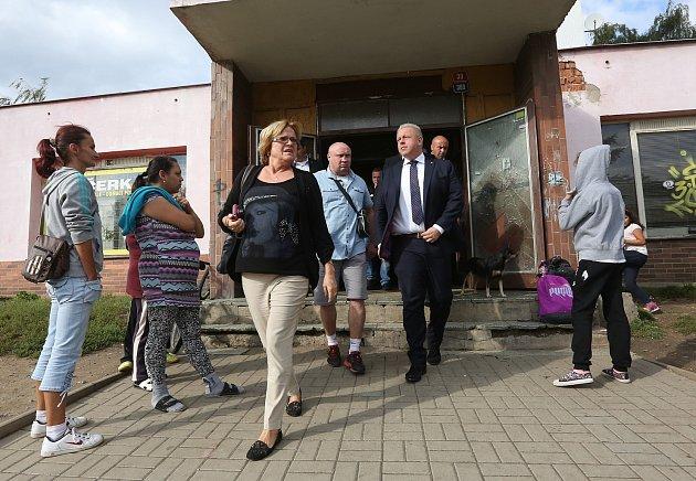 PROBLÉMOVÉ LOKALITY si vúterý odpoledne prohlédl vDěčíně ministr vnitra Milan Chovanec.