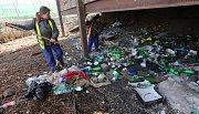 Pracovníci veřejných prací uklízí doupě narkomanů poblíž vlakového nádraží v Děčíně.