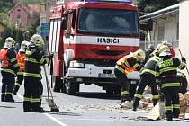Kamion škrtl o zeď, ta zasypala člověka.