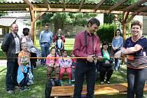 Žáci z Boletic mají novou učebnu v zahradě.