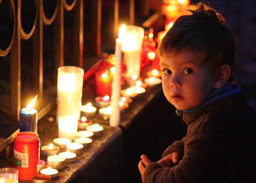 Pálení svíček na rumburském náměstí přilákalo obyvatele města všech věkových skupin.