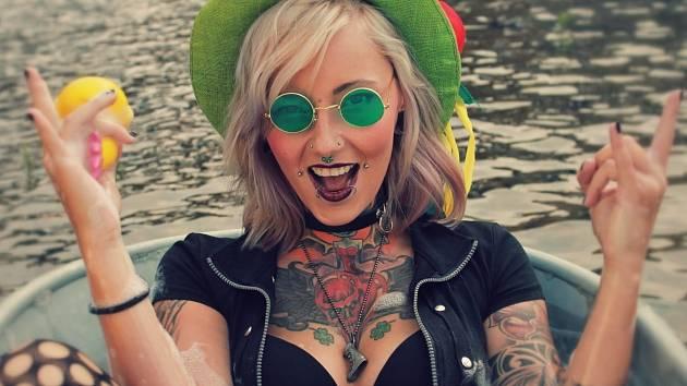 Toxic People natáčeli svůj nový klip v řece Labi.