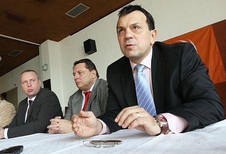Zleva Petr Benda předseda KVV, Jiří Paroubek předseda ČSSD a  Jaroslav Foldyna