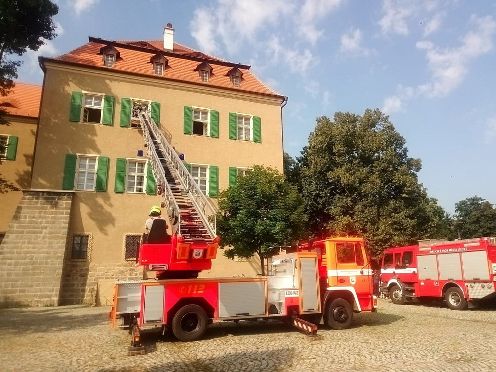 Dobrovolní hasiči z Jílového trénovali u místního zámku zásah s výškovou technikou