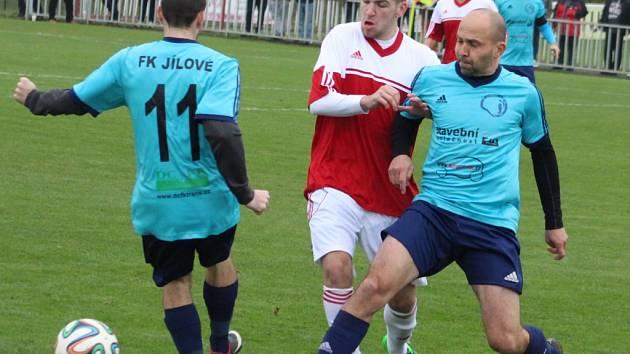 DERBY. Fotbalisté Modré (bíločervené dresy) doma prohráli s Jílovým 0:1.