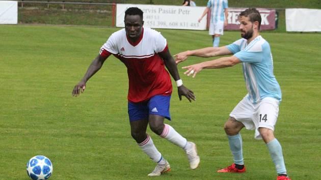 PORÁŽKA. Fotbalisté Modré (červené dresy) doma prohráli 1:3 se Srbicemi.