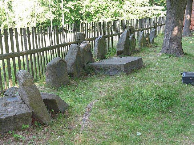 Obelisky zatím čekají na hřbitově ve Sněžné. Použijí se na obnovu památníku padlým vojákům v první světové válce. Památník se bude rekonstruovat podle dobové fotografie.