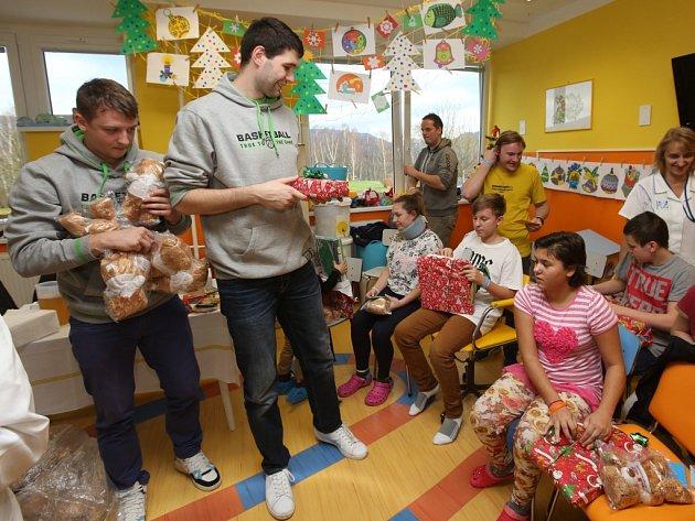 TRADIČNÍ NÁVŠTĚVA. Děčínští basketbalisté navštívili malé pacienty.