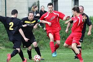 DĚČÍNSKÁ LOKOMOTIVA (v černém) hraje na špici okresní III. třídy v Ústí nad Labem.
