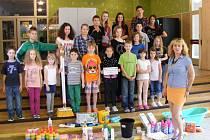 POMŮŽEME! Děti z Vojanovky předaly svou sbírku náměstkyni primátora Haně Cermonové.