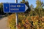 ARABSKÉ NÁPISY se objevily hned na několika dopravních značkách na Šluknovsku. Nápis znamená v překladu do češtiny jediné slovo: Německo.
