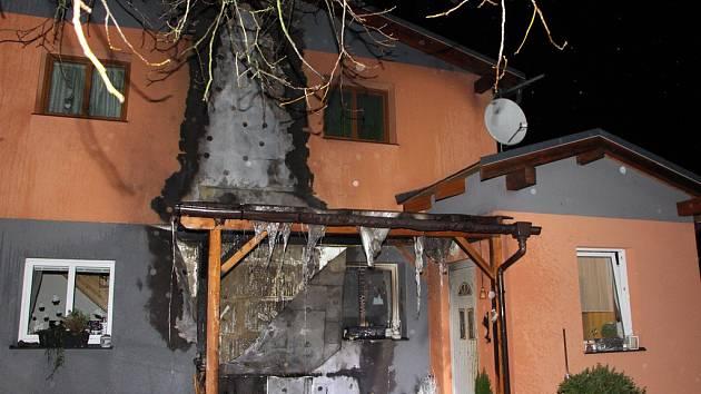 Požár pergoly, sedačky a fasády domu v Dobkovicích.