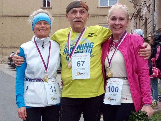 RENATA HORÁKOVÁ (vpravo), poté, co doběhla 100. maraton.