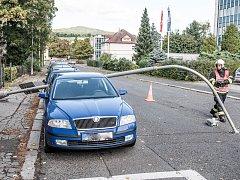 Sloup poškodil auta ve Varnsdorfu.