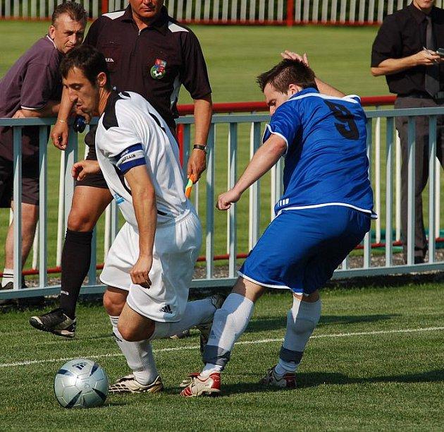 REMÍZA 1:1 se zrodila v utkání KP mezi Jiskrou Modrá (v modrém) a FK Louny.