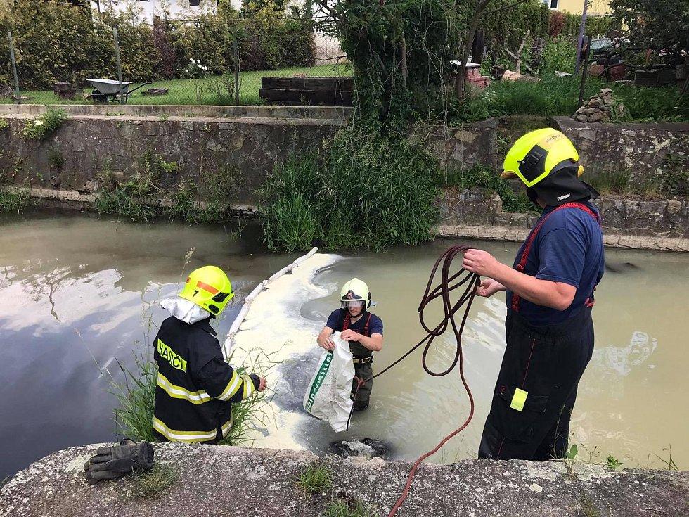 V Benešově nad Ploučnicí havaroval kamion, do potoka unikly stovky litrů smetany.