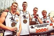 DĚČÍNSKÝ BASKETBALISTA Tomáš Vyoral (vlevo) vyhrál s týmem Sokolíčci Prague International Streetball Cup.