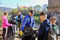 Akce Ukliďme Česko v Děčíně. Desítky dobrovolníků uklízely v sobotu 6. dubna nejen břehy Labe