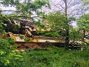 V Brtníkách spadl železniční jeřáb z trati.