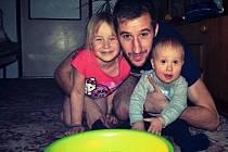 U PORCALŮ byli letos na Vánoce poprvé ve čtyřech. Hlava rodiny, brankář FK Varnsdorf Radek Porcal, si hýčká své dvě děti.