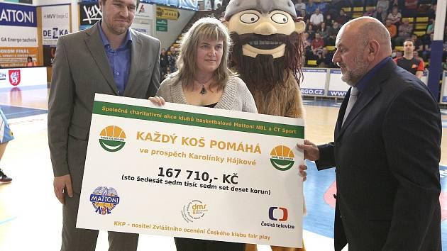 K předání šeku došlo na domácím zápase BK Děčín.