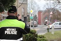 Strážníci chytají na Kamenické ulici v Děčíně řidiče - hříšníky.
