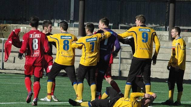 PŘÍPRAVA. Varnsdorf (žlutá) porazil Ústí 1:0, zápas skončil v 84. minutě.