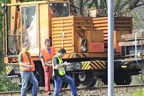 Děčín: Vlak vykolejil, náklad málem spadl na silnici.