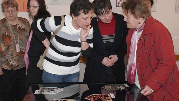 Ve výstavní síni kulturního domu ve Šluknově byla vernisáží zahájena výstava paličkovaných krajek.