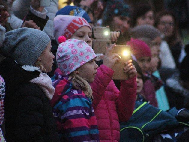 O trhy a rozsvícení stromu v MŠ Riegrova byl velký zájem.