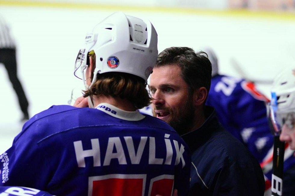 Michal Oliverius, trenér HC Děčín, při zápasech letošní druholigové sezóny, která byla předčasně ukončena.