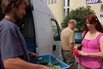BEDÝNKY. Jan Čuda  podává zeleninu jedné ze zákaznic v Děčíně.