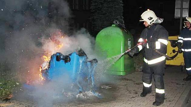 OBRAZ ZKÁZY. Vandalové zapálili kontejnery na několika různých místech města. Jdou po nich strážníci.
