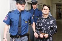 Eskorta přivádí obžalovaného Jiřího Voborského k soudu