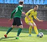 FOTBALISTÉ VARNSDORFU (ve žlutém dresu) přivítali doma Sokolov.